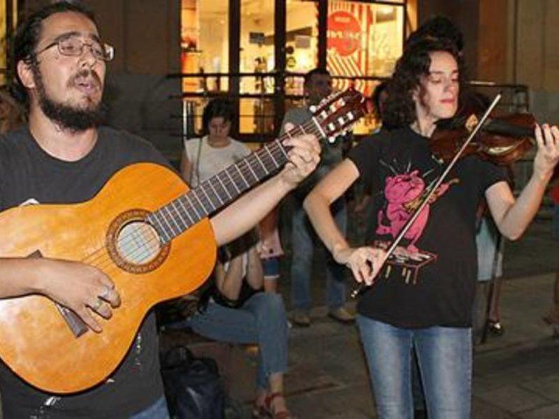 В Ереване устроили музыкальную акцию протеста из-за задержания двух уличных музыкантов из Украины