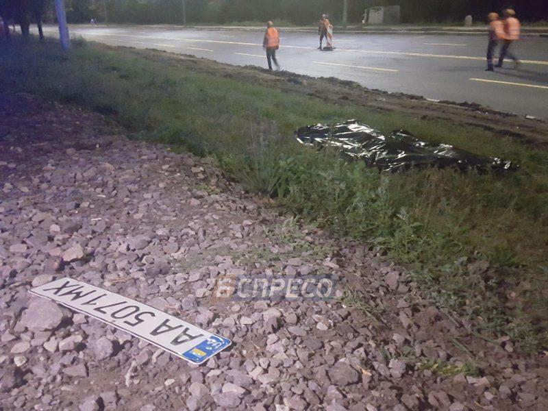 В Киеве водитель Аudi A6 потерял номерной знак во время побега с места смертельного ДТП