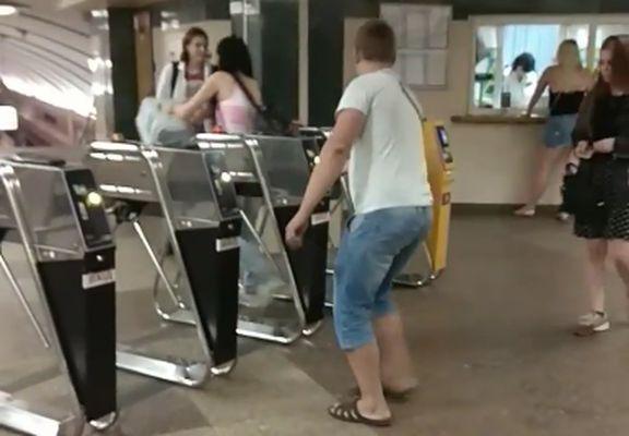 Киевлянин устроил в метро милую акцию протеста