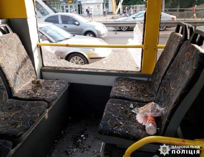 В Киеве мужчина открыл стрельбу в троллейбусе, полном пассажиров