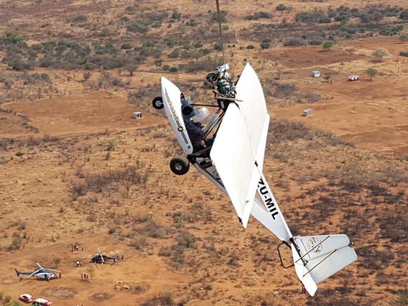 На пропеллере и молитве: в Южной Африке легкомоторный самолет врезался в провод связи и повис на высоте 30,5 м