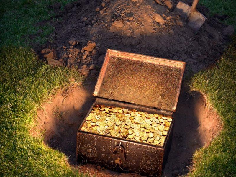 Пенсионеры в Житомирской области нашли на огороде клад монет XIV-XV века