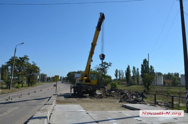 На железнодорожном переезде на Херсонском шоссе начали ремонт, запланированный еще весной