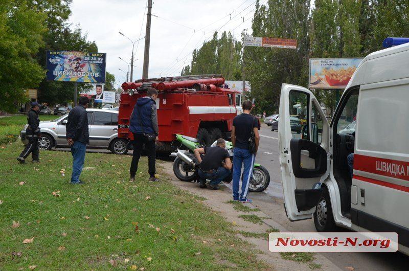 В Николаеве мотоциклист после неудачного трюка врезался в автомобиль и сбежал