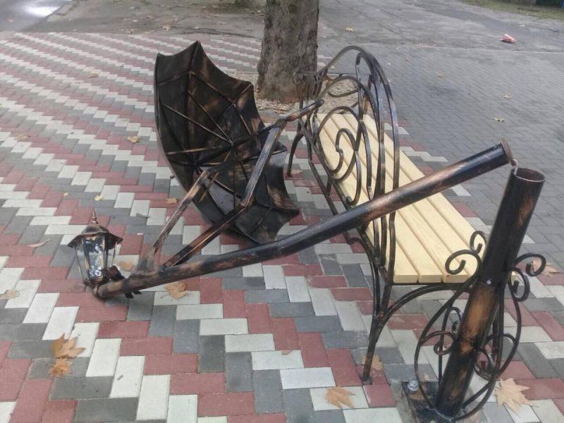 «Взялся за зонт, поджал ноги и повис» – николаевскую арт-скамейку едва не сломали во-второй раз