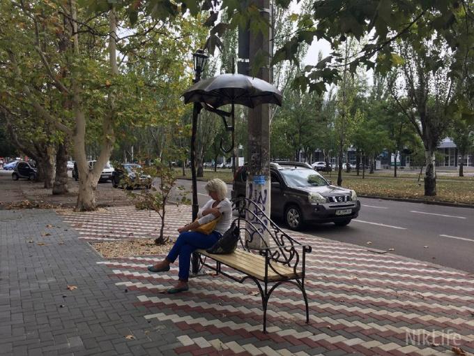 В Николаеве перед «Домом художника» установили скамейку с зонтиком