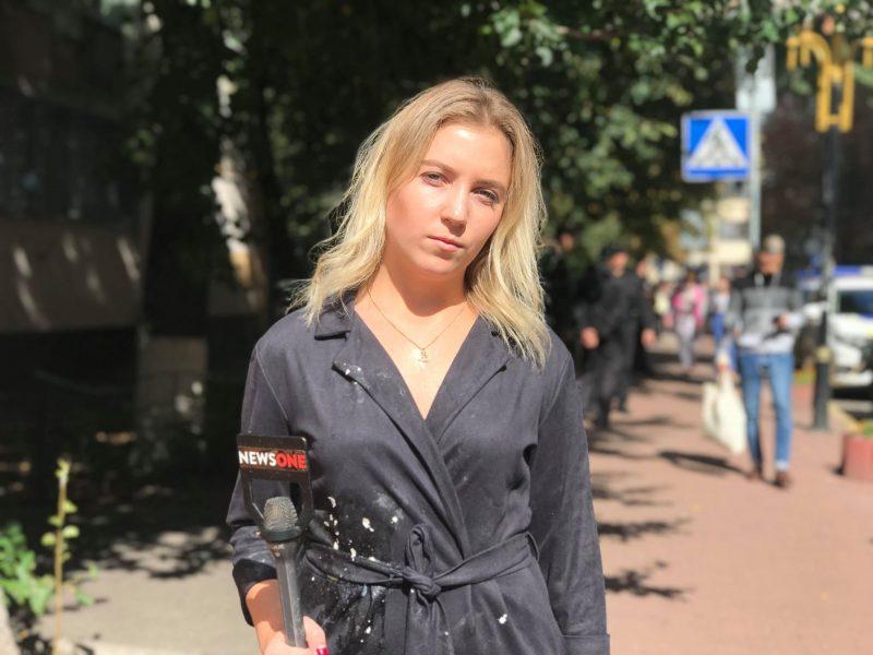 Возле ГПУ ударили и забросали яйцами журналистку NewsOne