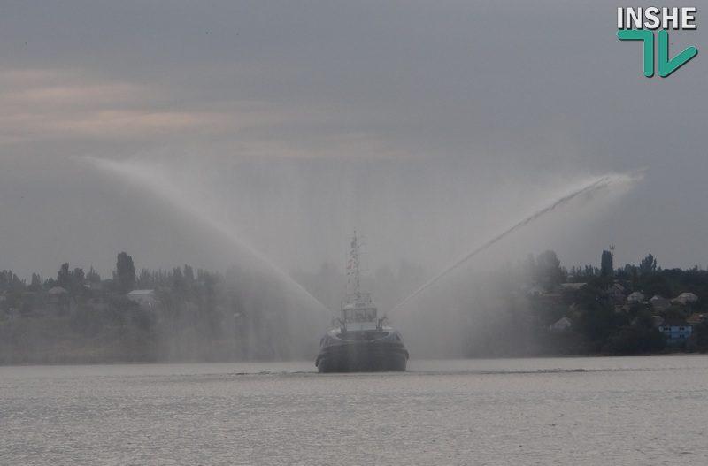 "Крылатый буксир. ""НИБУЛОН"" показал николаевцам необычное шоу на воде"