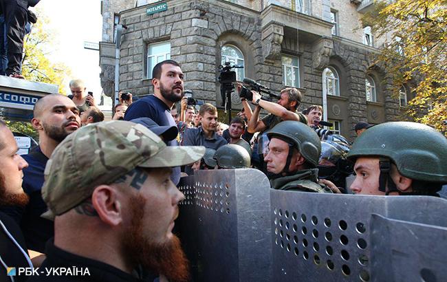 Несколько иностранных добровольцев АТО приковали себя наручниками под Администрацией Президента