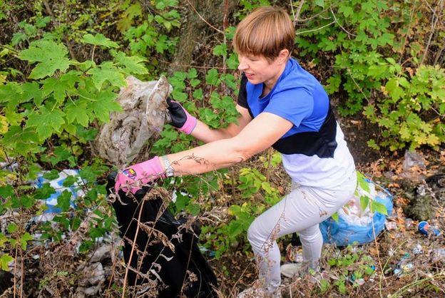 Дожились: Президент Эстонии помогала убирать мусор в киевском парке