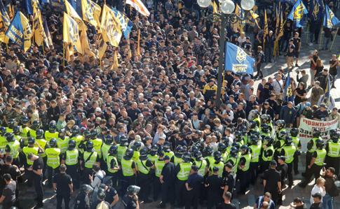 Под Радой начались столкновения между Нацдружинами  полицией