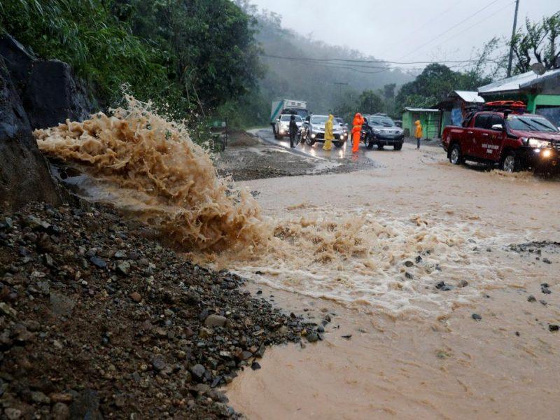 В результате мощного урагана на Филиппинах погибло не менее 12 человек