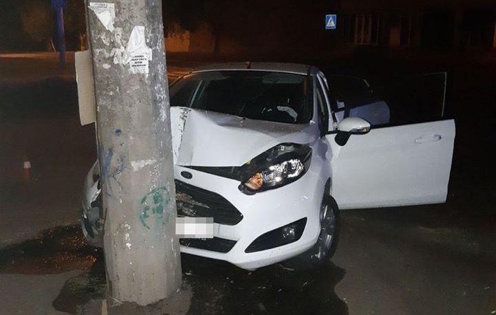 В Николаеве пьяный водитель пытался сбежать от патрульных и врезался в электроопору