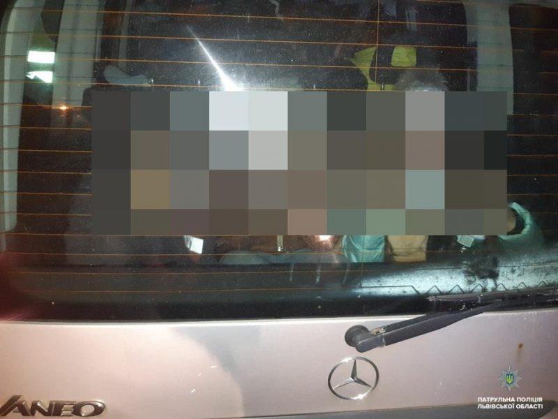 Во Львове пьяная женщина перевозила 3 детей в багажнике
