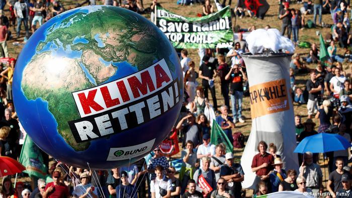 В Германии тысячи людей протестовали против вырубки древнего Гамбахского леса ради угольного карьера