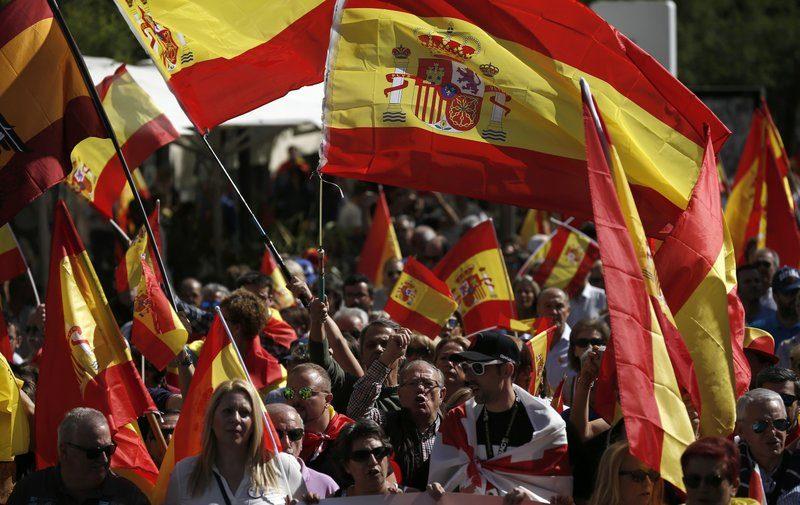 С флагом времен правления Франко: в столице Испании ультраправые вывели несколько тысяч людей на митинг