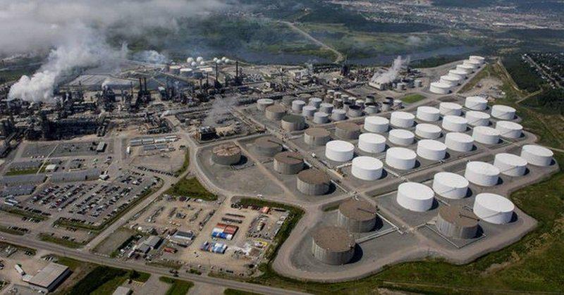 В Канаде горит нефтеперерабатывающий завод