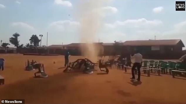 Знак свыше? В Кении мини-торнадо разбросал стулья, приготовленные для религиозного мероприятия