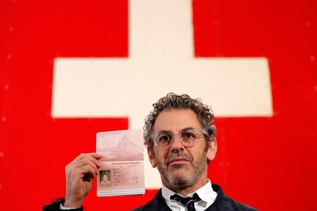 Американский художник в Лондоне продавал собственноручно «нарисованные» швейцарские паспорта. Российская теннисистка Мария Шарапова купила