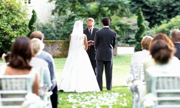 Жителям Англии и Уэльса могут разрешить проводить свадебные церемонии на пляжах, в садах и под шатрами