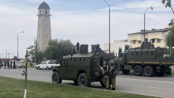 В Ингушетии протестуют против изменения границ с Чечней: к месту митинга начали стягивать военную технику