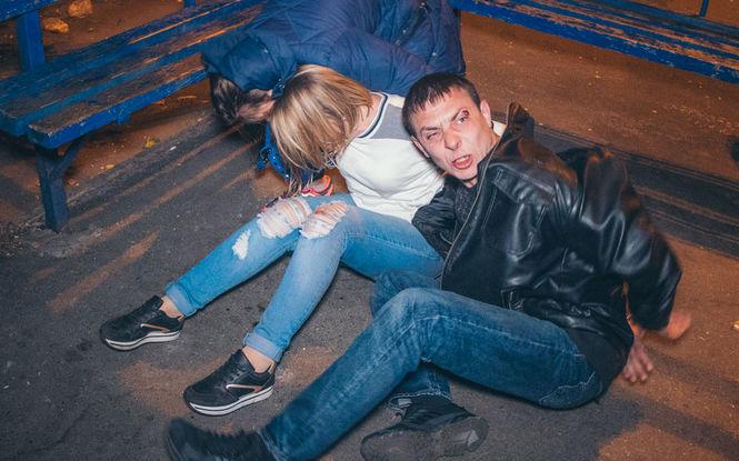 На месте ДТП в Киеве пьяная компания украла из разбитой машины кошелек и устроила драку с полицией