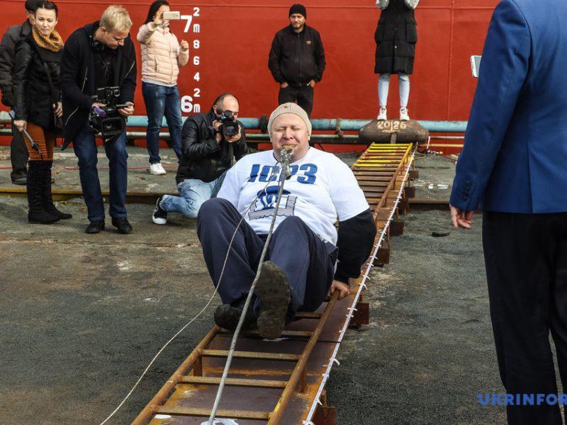 Украинец Олег Скавыш протянул зубами 614-тонное судно 16 метров