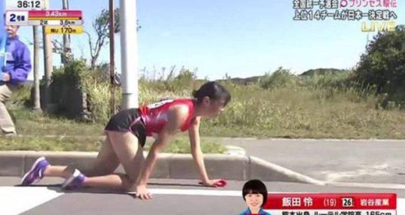Судьи наказали спортсменку, которая после перелома ноги ползла к финишу