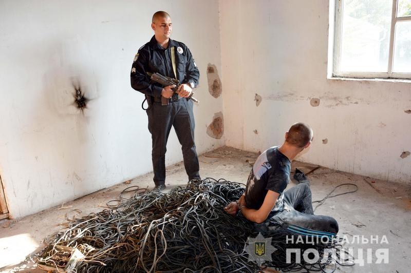 Не работающее – не значит не охраняемое: в Николаеве на заброшенном заводе поймали воров, вырезавших кабель