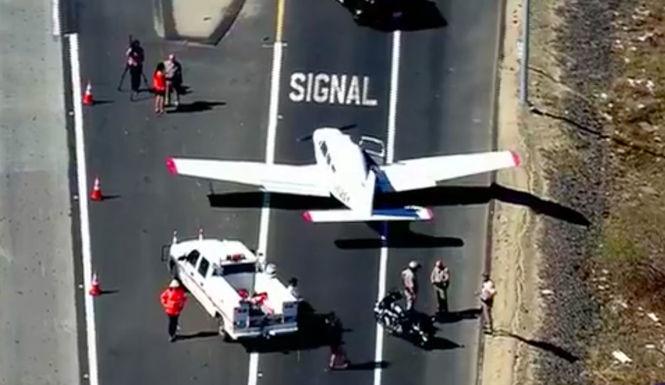 В США самолет приземлился на оживленную автостраду из-за отказа двигателя