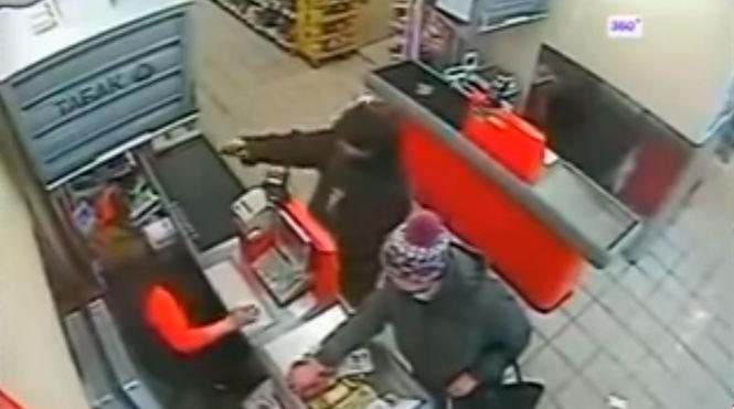 Доктор, меня никто не замечает: пистолет не помог грабителю добиться реакции от кассира и покупателей