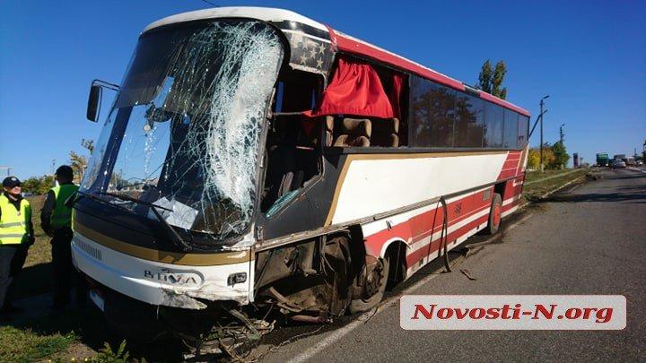 Недалеко от Николаева рейсовый автобус въехал в цементовоз. Пострадали двое пассажиров