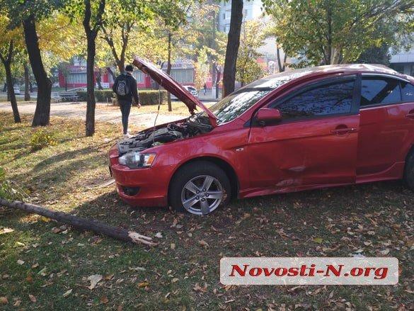 В Николаеве автомобиль из-за лопнувшего колеса выскочил на бульварную часть Центрального проспекта