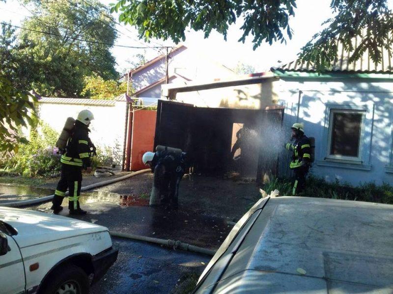 Николаевские пожарные спасли жизнь мужчине, который едва не отравился продуктами горения в собственном гараже