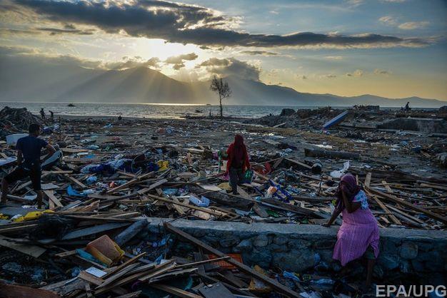 Более тысячи человек могут оставаться под завалами из-за землетрясения в Индонезии