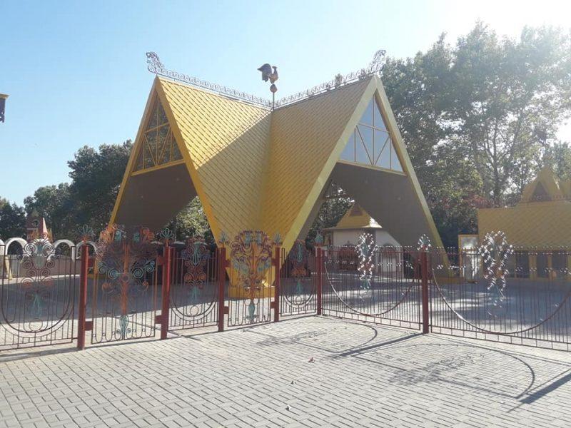 С опозданием на год, но все равно хорошо: у николаевского городка «Сказка» сняли строительный забор