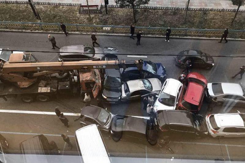 Автокран без тормозов смял 10 автомобилей в Киеве