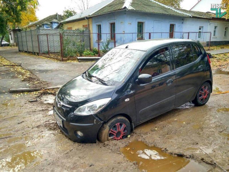 Николаев — город безответственных кротов? После дождя авто влетело в брошенную траншею прямо на дороге. ФОТОФАКТ