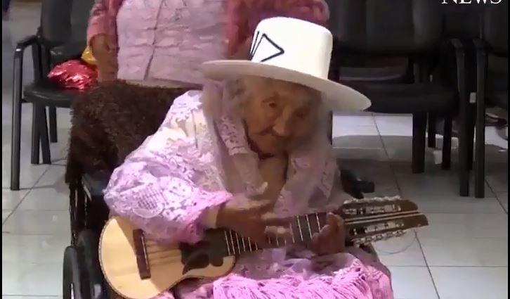 Эта милая дама отметила свое 118-летие тортом и игрой на гитаре
