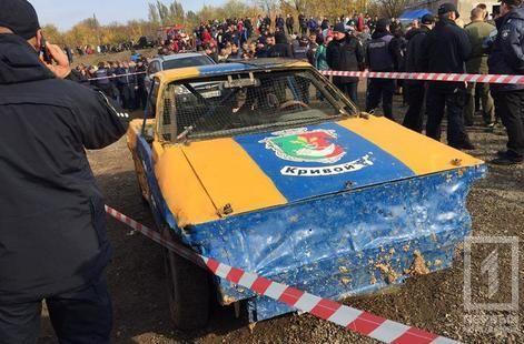 В Кривом Роге во время гонок автомобиль влетел в толпу зрителей, есть пострадавшие