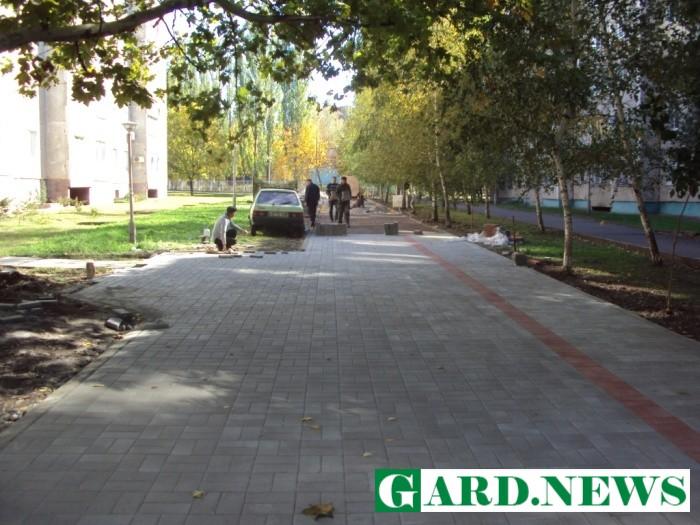 В Южноукраинске бульвар Цветочный застилают тротуарной плиткой