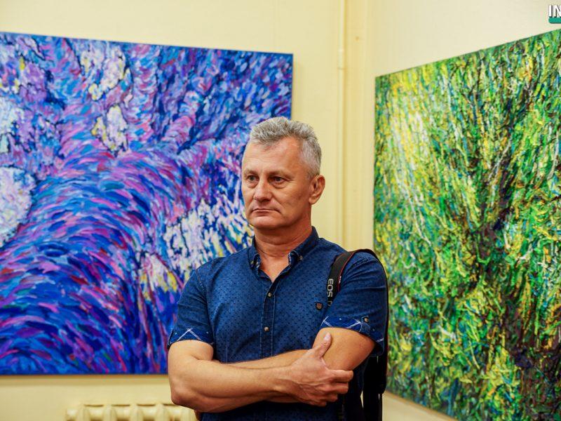 Художник из Мариуполя показал николаевцам эко-выставку абстрактных картин «Плоды эволюции»