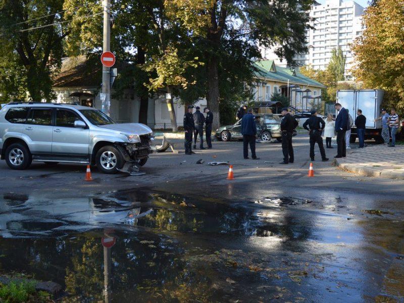 """В центре Николаева полиция перекрыла часть ул. Шнеерсона – """"Mazda"""" врезалась в """"Land cruiser"""""""