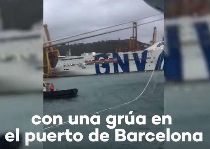 В Барселоне пассажирский паром врезался в кран и загорелся