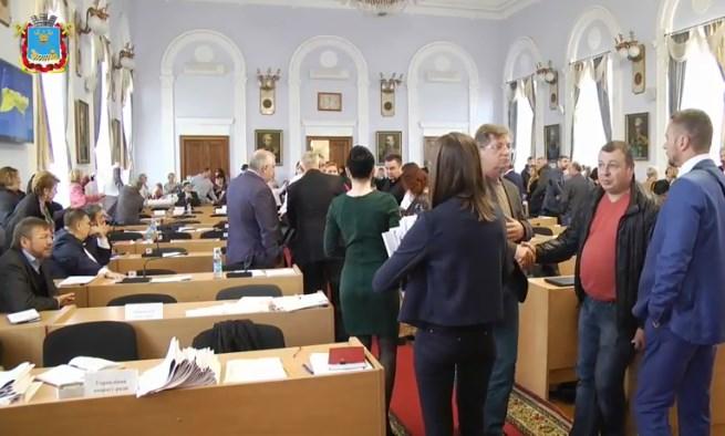 На сессии молодые люди облили фекалиями депутатов горсовета Николаева