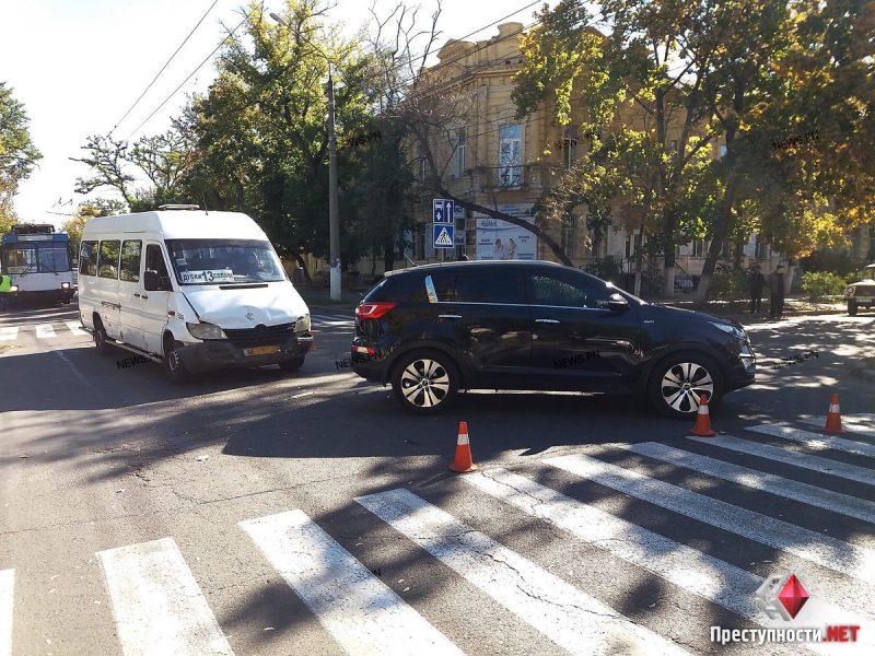 В Николаеве «маршрутка» №13 протаранила «KIA», двое пассажиров пострадали