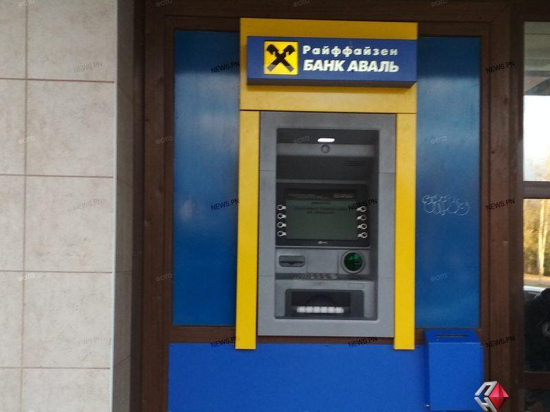 Ночью неизвестные украли из банкомата на Соборной крупную сумму денег