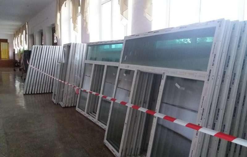 В николаевской школе меняют 345 новых металлопластиковых окон на еще более новые: Голден-Буд срочно осваивает 32 млн.грн.