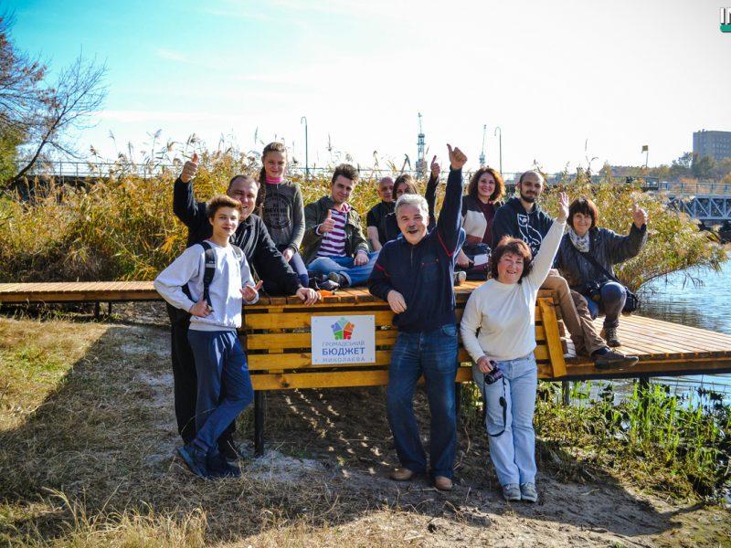 Новое знаковое место в Николаеве. На набережной возле пешеходного моста установили деревянный пирс и убрали территорию возле него