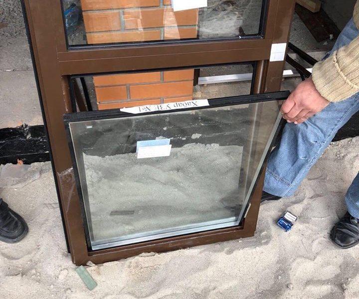Взятка… дверью: в Николаеве чиновник получил неправомерную выгоду в виде металлопластиковых дверей
